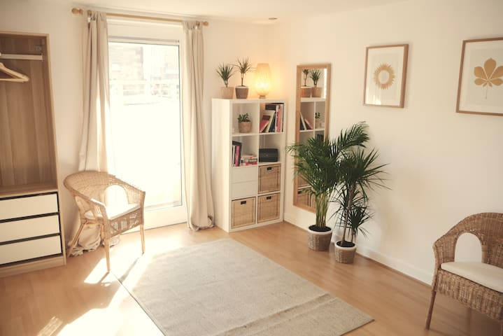 Cosy Entire Flat by The Shore, 10min from Centre