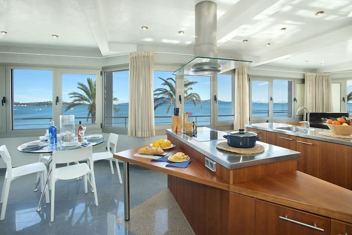 Luxury Sea View Apartment in Front of the Beach