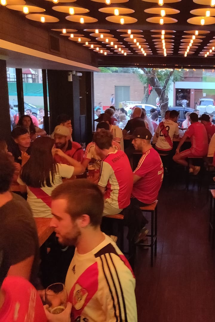Having drinks with River fans at a bar