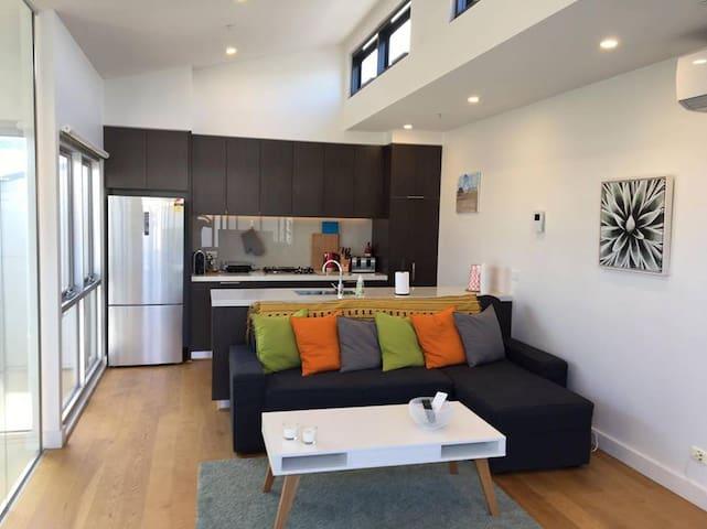 Modern 4 bedroom apartment close to CBD - West Melbourne - Byt