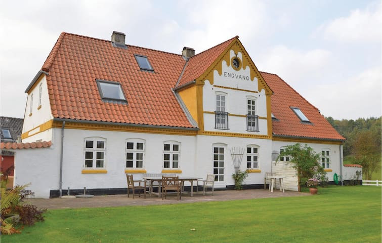 Former farm house with 7 bedrooms on 350 m² in Randbøl
