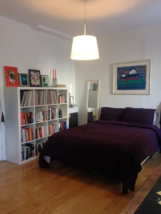 Queen size bed with great linens, lots of books about NYC and Brooklyn