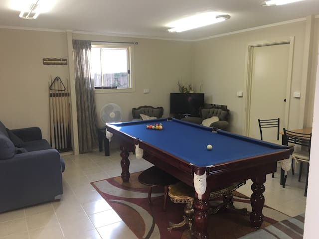 Massive 2 BR flat close to RMIT - Bundoora - Leilighet