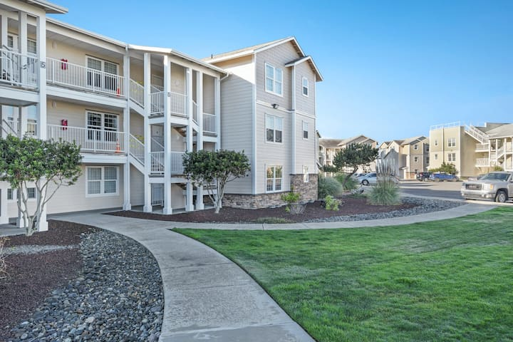 Waterfront, dog-friendly condo w/ocean views, private washer/dryer, & free WiFi
