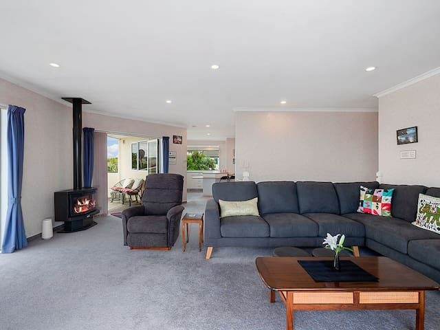 Lounge onto sundeck and open plan living and dining