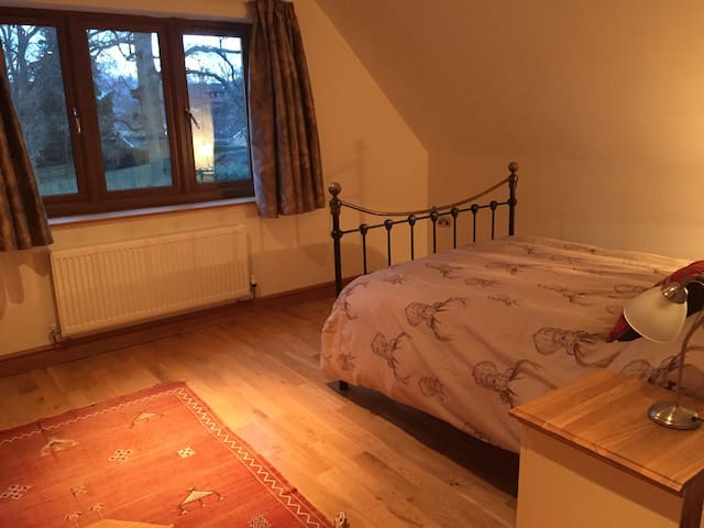 20 mins from Gatwick, Large Double + Snug - East Grinstead