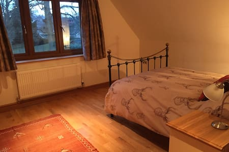 Beautiful large room with ensuite + snug - East Grinstead