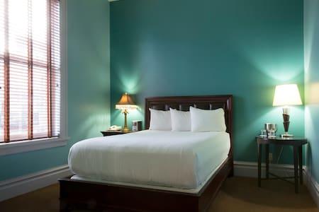 Queen Bedroom- Historic Downtown Property - 斯波坎 - 精品酒店