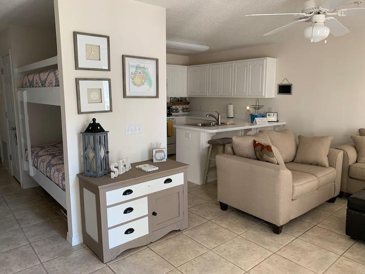 Navarre Beach CLEAN, cozy condo! FIRST FLOOR!