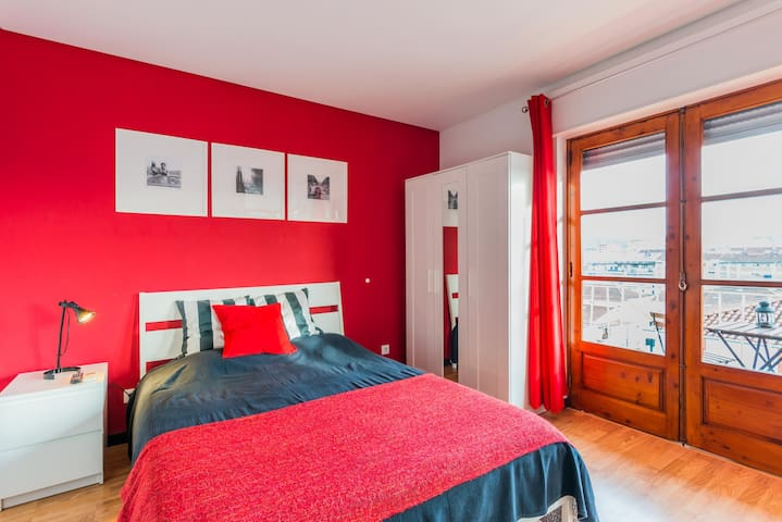 Great red studio with balcony 4A
