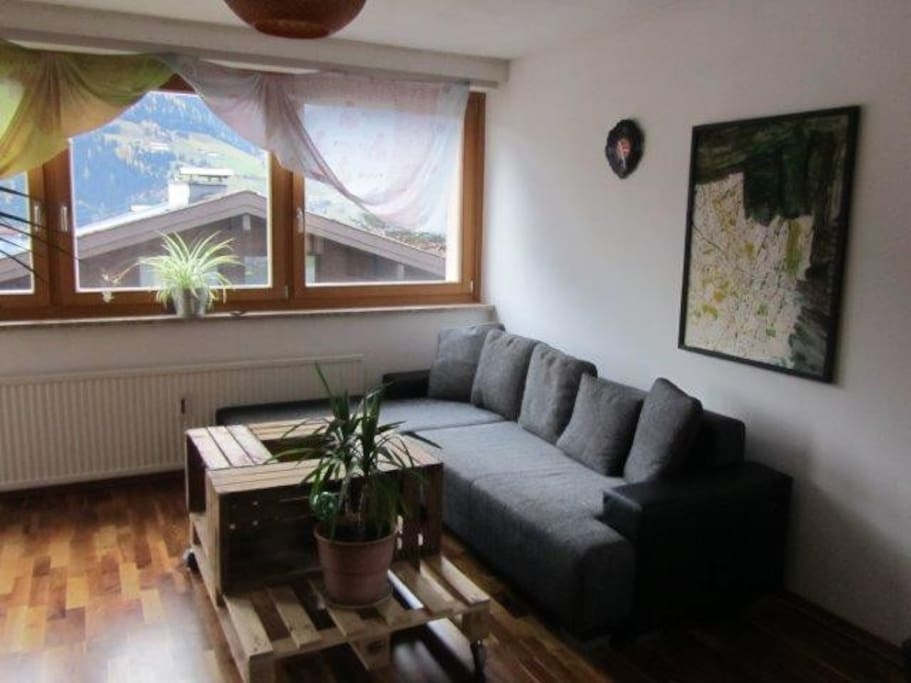 Sitzecke im Wohnzimmer (Ausziehcouch ca. 130 x 190 cm)