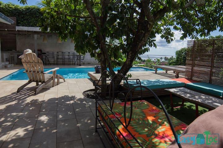 Grande maison avec piscine et vue sur la mer