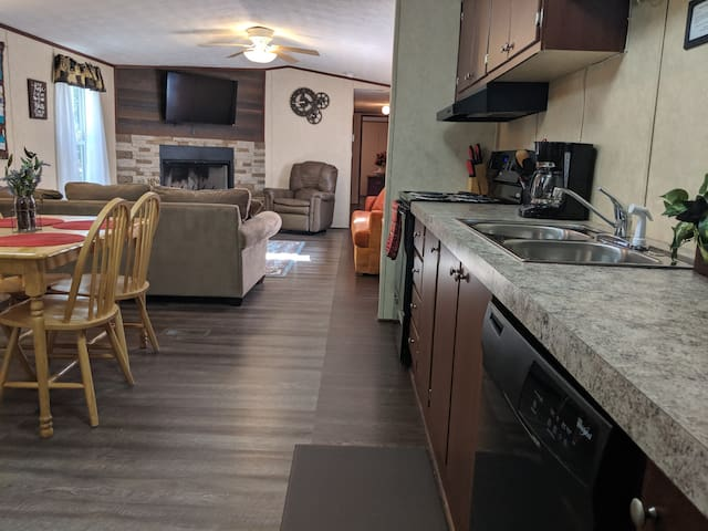 3B/2B Country Cabin Minutes from Downtown Sleeps 8