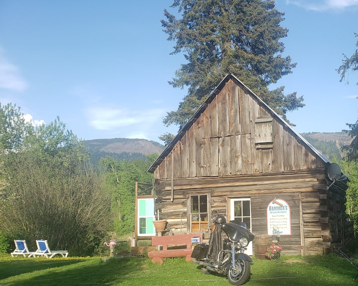 SHUSWAP RIVERHOUSE - Rustic River Retreat