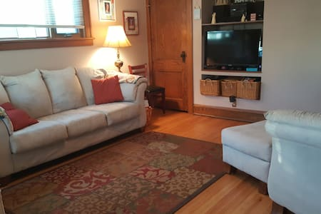 Bed & Breakfast in private home, minutes to dwtwn! - Minneapolis - Bed & Breakfast