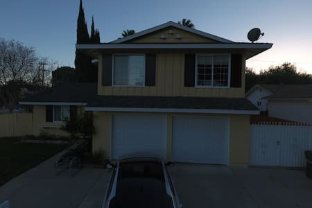 Clean 4 bed 2.5 bathroom 2 story - Simi Valley - House