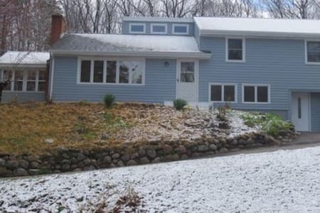 Private Studio with full bath - East Granby - Hus