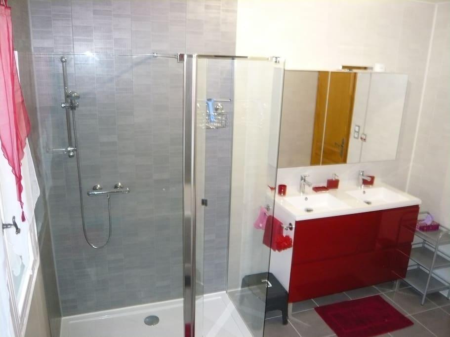 Salle de bains privative (vue coté douche)
