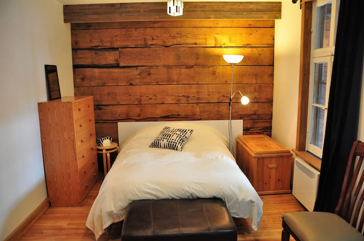 Room w private entrance & bathroom MetroBeaubien