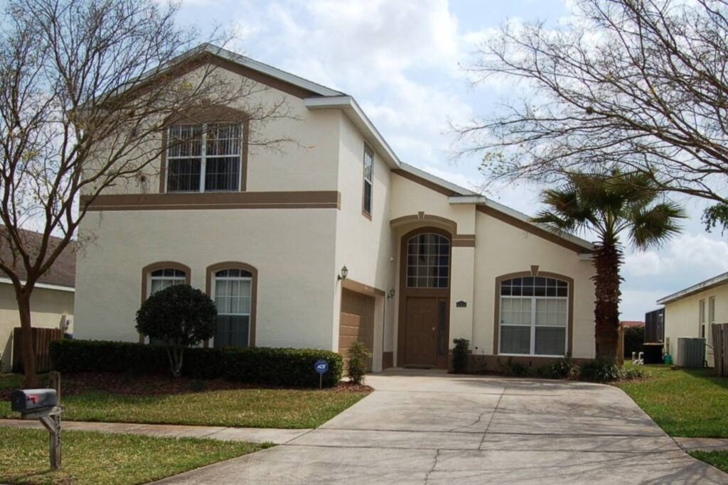 Front of home offering beautiful curb appeal
