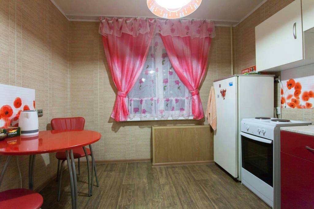 Кухня: плита, холодильник, чайник, стол, абсолютно вся необходимая посуда, кухонный гарнитур.