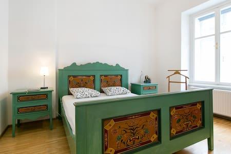 Classic viennese room in hip Burggasse - ウィーン - アパート