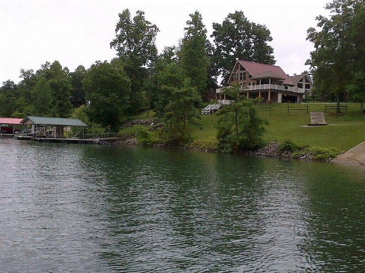 Southern Style - lakefront home with private dock