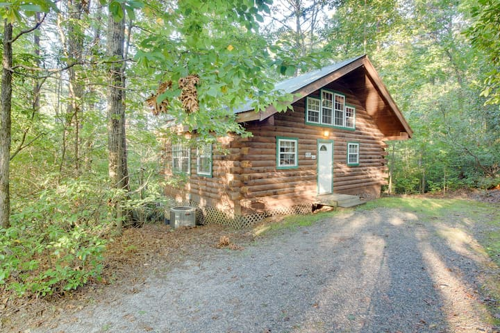 Romantic, secluded, & dog-friendly woodland cabin with private deck!
