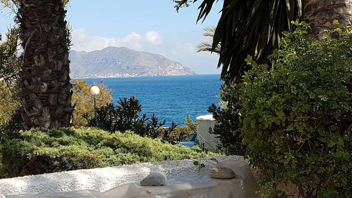 Residencial con vistas al mar, piscina y tenis.