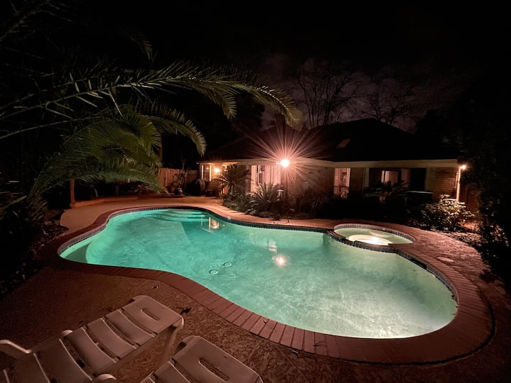Winter Oasis: Entire house in  Woodlands w/pool.