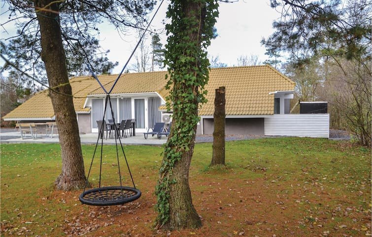 Holiday cottage with 4 bedrooms on 140m² in Oksbøl
