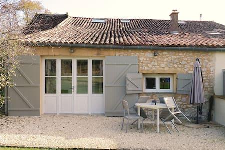 LES PRIOLEAUX, 'Gîte Cerise'   Pretty 1 bed house