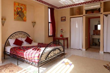 Grande chambre d'hôtes au RIAD BELOISEAU - Marrakech - Gjestehus