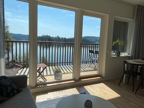 Gölün yanındaki modern misafir evi