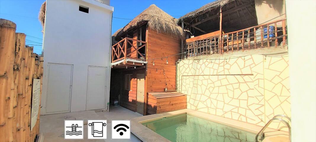 pequeño bungalow con piscina en el centro