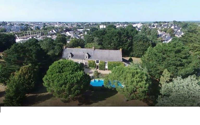 Maison familiale, piscine chauffée, Vannes à 5min