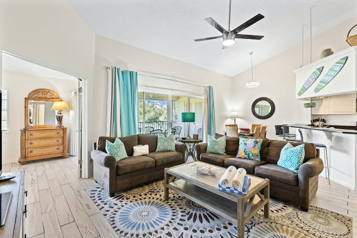 Family friendly condo w/ screened porch, shared pool & hot tub - close to beach!