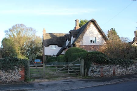 Beautiful Country Thatched Cottage (room 1) - Cheveley - House