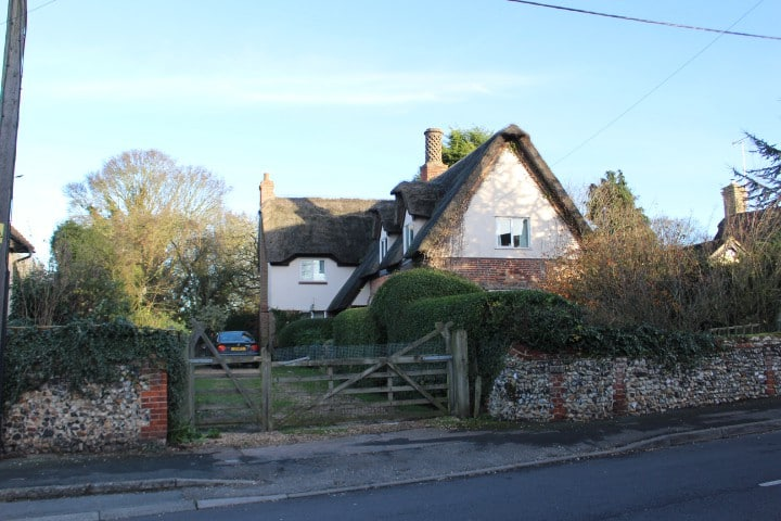 Beautiful Country Thatched Cottage (room 1)