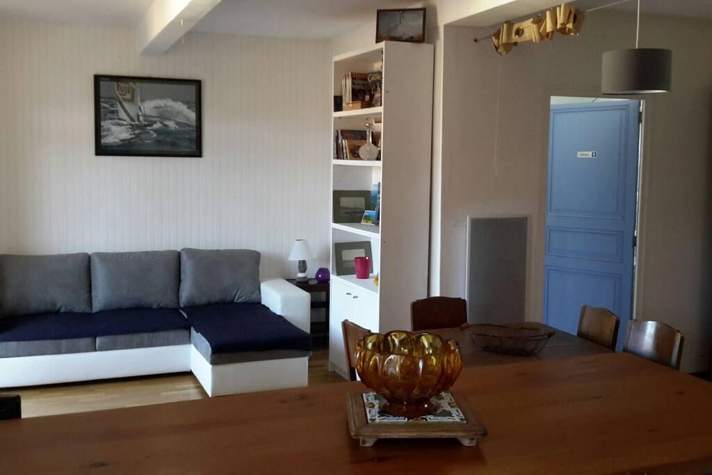 Salon avec tv canapé convertible et wifi