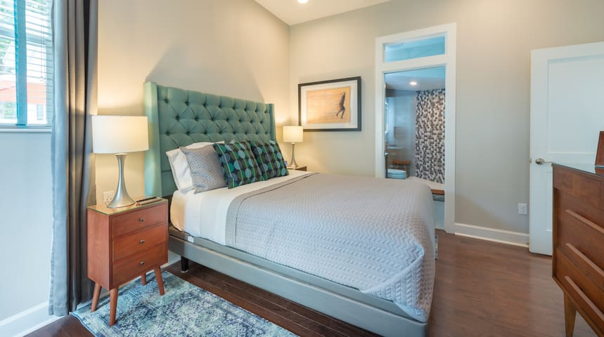 Your private guest en-suite in a shared home with the owners. Private entrance, large walk-in shower in room. TV, coffee bar, fridge, beautifully decorated. Shared use of pool and jacuzzi. Adjustable and comfy vibrating bed. Stunning interior! Enjoy!