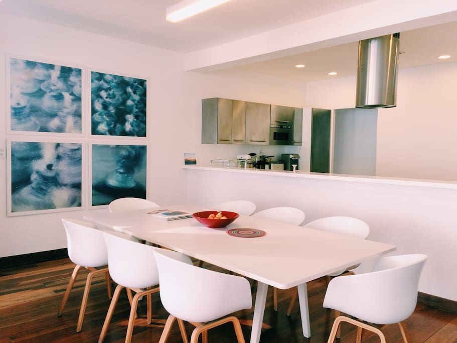 Dining room, a large table to share a good meal with friends