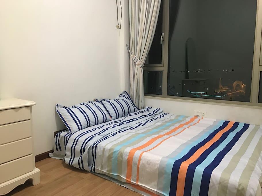 这个是踏踏米房间,白天阳光充足,夜晚江景超美!躺在床上就可以欣赏江景。