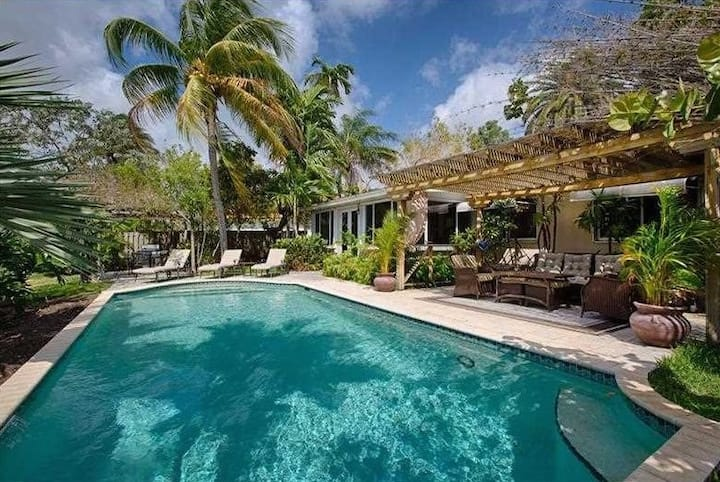 Beautiful 😎 Waterfront home 3 Bdrms  Pool ☀️ Sand 🏖