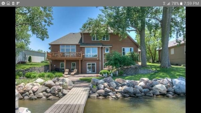 Great location - Lakehouse by airport and downtown