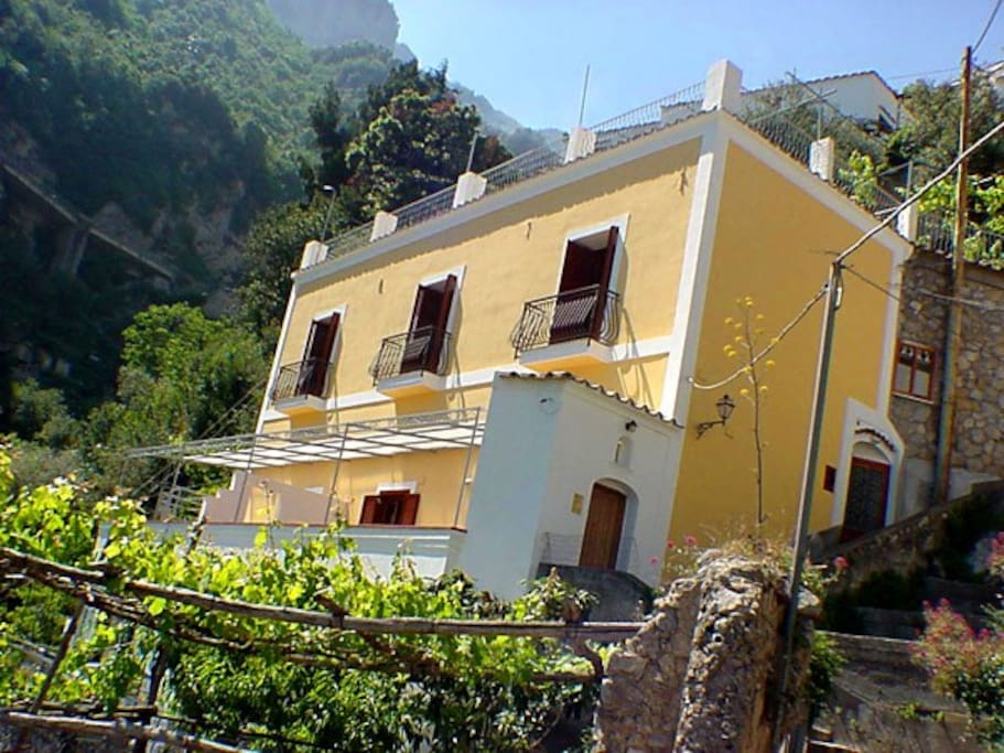 Façade of the building in Positano where Ludovica Type C is located