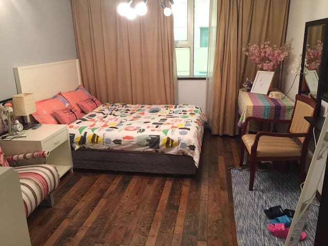 位于南京路步行街旁的酒店式公寓