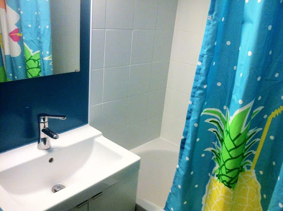 Salle de bain avec une baignoire...