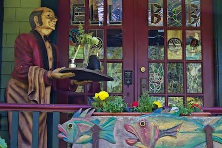 Peaceful Heritage Home at Elk Lake