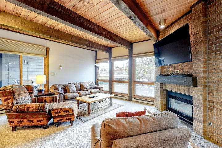 Perfect Mountain Getaway W/ Shared Pool, Easy Access to Slopes & Free WiFi!